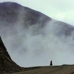 Atigun Pass, 1500m. Nous voici au niveau des nuages et nous entamons notre descente dans un brouillard froid et dense.