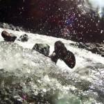 C'est en venant taper ce genre de gros rocher surgissant au milieu de la rivière que Siphay s'est retrouvé avec la planche coincée contre un bloc de pierre. Entrainé par le courant, le leech qui le relie à la planche s'est cassé et Siphay a continué tout seul dans le courant. En réunissant tous nos efforts, nous avons mis de longues minutes pour réussir à aller chercher la board plaquée par un courant terriblement fort.