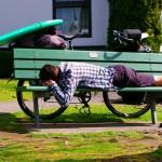 Siphay s'offre une petite sieste réparatrice après le lunch. En ville, comme ici, les gens portent un regard bien curieux sur ces 4 types avec des vélos chargés et des planches qui dépassent !