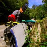 """C'est reparti ! Cette fois vers le sud et à vélo pour avancer vers notre rivière, chargés de tout le matériel nécessaire : planche, gilet, casque et combinaison. Une nouvelle organisation sur nos vélos ! Nous ne savons pas encore exactement où nous ferons notre descente mais le nom de """"Tongariro River"""" nous a été cité plusieurs fois..."""