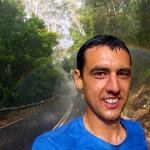 """Premier jour en partant de Sydney, la pluie est là pour nous accompagner... Nous comprenons donc le terme """"rainforest"""" pour qualifier les forêts du Royal National Park près de Sydney... Si la pluie n'est pas habituellement notre amie, au moins ce jour là elle nous offre un beau spectacle. Pendant plusieurs kilomètres, nous roulons avec un arc-en-ciel qui veille sur nous."""
