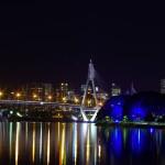 """Le ANZAC Bridge by night : Le pont a reçu son nom officiel le 11 novembre 1998 pour honorer la mémoire des soldats de """"l'Australian and New Zealand Army Corps"""" (ANZAC) de la première guerre mondiale. Un drapeau australien flotte au sommet du pylône est et un drapeau néo-zélandais au sommet du pylône ouest"""