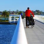 Au petit matin, après avoir passé la nuit dans les vestiaires situés sur la plage de Lakes Entrance, les dauphins viennent nous faire un petit coucou avant d'attaquer notre journée de vélo.