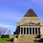 Brian vadrouille entre les monuments de Melbourne. Ici au mémorial de la seconde guerre mondiale.
