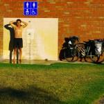 L'Australie, comme la Nouvelle-Zélande, offre aux voyageurs de nombreux toilettes publics. Et lorsque nous avons de la chance il y a même une douche extérieure. C'est ce jour là que notre ami Koya sera converti au rituel de la douche froide quotidienne. Après quelques grimaces, il admettra que le jeu en vaut la chandelle.