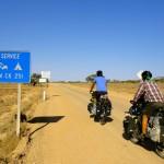 """C'est parti, le vrai Outback commence ! Les températures sont étouffantes, nous partons à 16h seulement. La police est venue à notre rencontre pour s'assurer que nous n'étions pas des guignols de touristes s'en allant au casse-pipe dans le désert, comme cela arrive parfois. Ils nous laissent prendre la """"route"""" après nous avoir fait mettre nos casques..."""