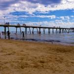 La Grande baie australienne du sud du pays, le point de départ de notre traversée. Nous devrons parcourir plus de 3 000 km pour rejoindre Darwin et une autre mer, la mer de Timor, après avoir traversé ce pays qui fait la taille d'un continent. Nous nous préparons mentalement à affronter le plus dur avec cette journée de farniente à la plage, pendant que nos vélos sont en maintenance. Le climat est déjà chaud en ce début d'été. — in Adelaide.