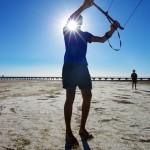 Etienne est le seul d'entre nous qui n'ait jamais pratiqué un peu de kitesurf. Sous les conseils avisés des autres, il prend en main l'aile de kite que nous utiliserons à vélo dans l'Outback. Il faut bien savoir où est la puissance pour bien la manipuler et ne pas se faire « arracher ». — at Port Wakefield.