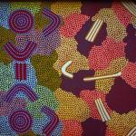Peinture aborigène. L'art est un élément clé dans la culture aborigène. Il est toujours lié à un territoire (itinéraire, site, grotte, point d'eau…) Les Aborigènes célèbrent, chantent, dansent, miment et peignent (ce que nous appelons « art » mais qui pour eux est d'abord spiritualité) pour actualiser l'esprit ancestral créateur du lieu et présentifier, réactiver cette énergie créatrice. En ce sens, célébrer, peindre ou chanter un territoire marque la propriété (au sens de responsabilité) d'un clan ou d'une personne. Cf. http://fr.wikipedia.org/wiki/Art_des_Aborigènes_d'Australie