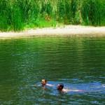 Eelery Creek, 100km à l'Ouest d'Alice Springs. Après avoir pédalé sous des chaleurs atteignant les 49°C à l'ombre nous savourons cette baignade dans une eau fraîche et claire.