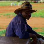 """Tony, avec son style de """"jackaroo"""" (cow-boy australien), échange quelques mots avec nous. Cet aborigène est un des seuls que nous n'avons pas vu dans le bistro de Ti Tree complètement ivre mort. Aujourd'hui, l'alcool et la drogue chez les communautés aborigènes est un fléau incroyable. Leur espérance de vie ne dépasse pas les 50 ans tandis que leur culture vielle de 60 000 ans sombre dans l'oubli..."""