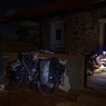"""Arrivés tard dans la nuit à Barrow Creek après 197km de vélo, nous installons notre camp dans une ancienne station de télégraphe où il y a deux gros réservoirs d'eaux de pluies. Nous sommes un peu désabusés par certaines personnes souhaitant faire du profit coûte que coûte, quitte à nous laisser « crever » sur le bord de la route. En effet, alors que nous arrivons exténués dans cette petite communauté, nous demandons au gérant de la """"roadhouse"""" où est-ce que nous pouvons trouver de l'eau, même de l'eau non potable nous suffit. Ce dernier nous répond qu'il n'y a pas d'autre choix que de lui acheter des bouteilles à 5 dollars le litre. Nous n'insistons pas d'avantage devant tant de stupidité, et ne voulons pas être ses derniers « pigeons » de la journée. Nous poursuivons notre chemin et finissons par trouver 3 ou 4 réserves d'eau de pluie..."""