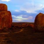 """Les Devil's Marbles est un site naturel où l'on peut voir ces gigantesques rochers en granite arrondies. Formés par des fusions de roches qui se sont refroidis elles offre un spectacle rougeoyant au coucher et lever du soleil. Pour le peuple aborigène les Devils Marbles sont les """"oeufs du serpent arc en ciel"""" (c'est un être mythologique, un protecteur bienfaiteur de son peuple, mais il peut aussi punir ceux qui enfreignent la loi. Il donne et reprend la vie.). C'est un site aborigène sacré dédié au rêve."""