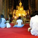 Ailleurs que dans les gros temples très (trop ?) touristiques de Bangkok, il est bon de s'arrêter dans les lieux de cultes plus petits et moins fréquentés par les aficionados de la gâchette numérique. Ici, on peut s'asseoir et regarder comment les locaux vivent le culte de la prière. Personne ne vous dira rien, les temples sont ouverts à tout le monde et les moines vous invitent à y entrer avec un sourire sincère. Il faut juste penser à enlever ses chaussures.