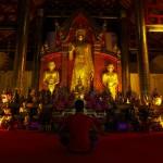 Etienne s'essaie à la prière dans un de ces magnifiques temples.
