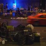 3H00. Scène quotidienne du soir classique sur Sukhumvit, une avenue principale de la capitale thaïlandaise : on peut toujours acheter un petit truc à manger ou partir en moto taxi. En premier plan, un homme trie des déchets afin de récupérer un peu d'argent, mais c'est bien là qu'il demeure ! En fond, les filles de joie et les « ladyboys » se mêlent au décor dans leur tenue aguicheuse dès que la nuit tombe.