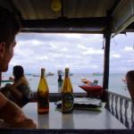Siphay et Etienne profitent de ces 3 semaines de repos pour recharger les batteries, et penser à autre chose. Rien de mieux qu'une bonne bière. La vue sur la plage de Koh Tao est plutôt pas mal !!!