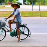 Le vélo, le sourire, le chapeau, les claquettes… On aime la Thaïlande ☺
