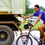 Etienne en pleine action dans notre nouveau moyen de transport : le vélo tracté par un camion. Ça fatigue moins et ça va plus vite ! En général les conducteurs de camion ralentissent un peu pour nous donner un coup de main sur plusieurs dizaines de kilomètres.