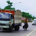 Lors des 400 km entre la capitale thaïlandaise et la frontière cambodgienne Etienne, Siphay et Morgan ont fait environ la moitié en s'accrochant derrière les camions, fourgonnettes ou les pick-up qui veulent bien accepter un passager clandestin. C'est d'ailleurs souvent avec un grand sourire et un pouce levé que l'on peut l'observer dans le rétroviseur de nos anges gardiens… ce jour là nous enregistrons une pointe à 79,4km/h tandis que Brian avance seul au rythme du vélo.