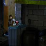 Se promener la nuit dans les villes thailandaises est une expérience à vivre. Vous passez d'une rue à l'autre avec cette sensation de partager un immense appartement avec les habitants du quartier. Depuis le trottoir vous croisez le regard de ces gens installés dans leur salon, devant la TV ou autour d'un thé. Cet environnement délabré et sale contraste fortement avec un sentiment de sécurité propre à l'Asie du Sud-Est.