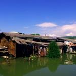 Beaucoup d'habitations sont bâties le plus simplement, quelques morceaux de tôles suffisent parfois sur une structure en bois, c'est plus économique mais on peut s'apercevoir que le toit dégringole peu à peu au dessus de l'eau. Arrivant de pays occidentaux, le contraste peut être choquant, mais oui une famille y vit bien !