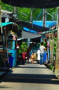 Dans les allées de ce petit port de pêche, une vie tranquille se déroule : les mères de famille étendent leur linge, les enfants jouent tandis que d'autres se déplacent en scooter sur les maigres parcelles juste au dessus de l'eau.