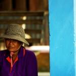La pêche est une activité qui fait vivre ce village. Ici, portrait d'une femme aidant au tri de la pêche.