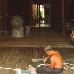 Avec un tel climat, les thaïlandais travaillent devant chez eux avec leur intérieur ouvert sur les allées. Ici, un homme rafistole un filet de pêche.