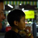 Addie, accompagnée de son petit neveu Mikki. Ce sont eux qui nous ont invités à dormir chez eux à Khlong Yai. Nous prenons un jour de pause dans ce village charmant. Addie nous réserve un accueil aux petits oignons, nous fait découvrir les environs et nous parle de la culture et des traditions thaïes.