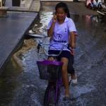 La marée inonde parfois les villes en bord de mer, mais les deux roues paraissent être un prolongement naturel du corps des thaïs ! C'est carrément une religion.