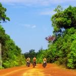 Nous entamons le Cambodge sur une piste sans trop d'indications. Nous avons simplement repéré un tracé sur une carte qui nous a était offerte. Notre curiosité et le raccourci que cela représente sont l'occasion de s'aventurer dans l'arrière pays cambodgien. Une chose est sûre, nous ne savons pas ce qui nous attend !
