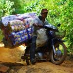 Qu'importe le terrain et les conditions, il faut ravitailler les villages les plus isolés de ces montagnes. Nous sommes à chaque fois médusés de voir comment les Cambodgiens se déplacent avec leurs mobylettes ULTRA chargées !