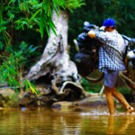 En ce deuxième jour immergés dans la jungle nous cherchons toujours notre voie vers la sortie Nord-Est. Nous nous basons sur une carte peu précise et sur les informations recueillies grâce aux locaux... Nous devons traverser de nombreuses rivières et évitons de rouler dans l'eau car ensuite la terre colle aux roues et cette boue vient abîmer notre kit chaîne ainsi que nos freins. Restons secs tant que l'on peut !