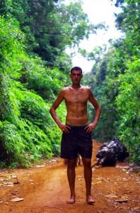 Rapidement, la piste rétrécit et nous faisons du vélo au beau milieu de la jungle