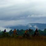 Second jour dans les montagnes de Cardamone. Dès l'aube, alors que la brume commence tout doucement à se dissiper, nous reprenons la route en direction des montagnes et profitions de quelques kilomètres hors de la jungle. Nous apercevons enfin le ciel. Nous cherchons la piste, le chemin, qui nous mènera jusque la ville de Kampong Speu, à une soixantaine de km à vol d'oiseau.