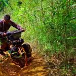 Brian raconte : « La jolie piste s'est vite transformée en sentier cabossé avec des passages franchement difficiles. Même si c'était le grand kiff de rouler sur ces pistes, je doutais toujours un peu de là où l'on allait finir en empruntant ces chemins dans la jungle. »