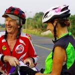 """Titole et Tija sont des cyclistes voyageurs au caractère bien trempé et c'est tant mieux. Ces deux retraités français connaissaient """"Solidream"""" déjà depuis deux ans. Ce fût donc une belle surprise de se rencontrer par hasard au Cambodge. Chaque année, ces deux amoureux partent au bout du monde quelques mois pour un long voyage à vélo. Un bel exemple pour démontrer que, même passé l'âge de la retraite, on n'est pas trop vieux pour être cycliste voyageur !"""
