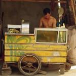 Nombreux sont les vendeurs ambulants sur le bord de la route. Ici, nous nous arrêtons pour savourer un excellent jus de canne à sucre tout juste pressé dans son chariot par ce vendeur. Une vraie source d'énergie.