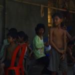« Hello, hello, hello ! » Ce sont les paroles des enfants qui bordent les routes du Cambodge. C'est un peu difficile de répondre à tout le monde tellement ils sont nombreux mais en tous cas ça fait chaud au cœur de rouler toute la journée encouragé par les minots dans chaque village que l'on traverse. À la pause, ils n'hésitent pas à assouvir leur curiosité en venant à notre rencontre et c'est à chaque fois un moment de plaisir et de rigolade.