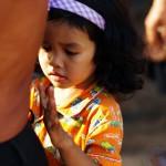 """Cette petite fille contraste avec la majorité des enfants que nous avons rencontrés. Plutôt que de nous courir après et nous crier des """"Hello"""" ou """"Bye, bye"""", elle préfère se cacher derrière son père avec qui nous échangeons quelques mots en anglais."""