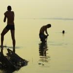 Il n'est pas évident de trouver de l'eau potable dans les habitations qui bordent le Mékong. Par contre, il est facile d'aller prendre une bonne douche et de nettoyer nos affaires, après avoir rouler toute la journée sous une forte chaleur et dans la poussière. Ce fleuve mythique passe par 7 pays différents. Il est chargé d'histoire et fait vivre les 70 millions d'habitants qui vivent dans son bassin.