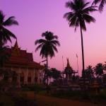 Alors que la nuit tombe, nous nous rapprochons de cette pagode pour passer la nuit. Au Cambodge, la pagode est un lieu de recueil et de rassemblement ouvert à tous. Les moines vivant sur place acceptent avec grand plaisir notre demande d'hébergement. Les couleurs du ciel, les palmiers et le temple nous font penser à un décor de film.
