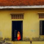 Les jeunes moines cambodgiens vivent cette vie monacale pendant 1 an ou plus. En allant à leur rencontre nous apprenons par exemple qu'ils ne mangent pas le soir et qu'ils s'exercent à la prière au moins 2 heures par jour. Tous les matins, nous les observons faire le tour du village et recevoir des offrandes pour se nourrir. En échange ils bénissent la demeure des gens qui leur donnent.
