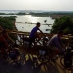Tandis que nous sommes installés sur une terrasse dans la ville de Kampong Cham, qui ne voyons-nous pas débarquer ?! Mais oui, il s'agit bien d'Ainaz, notre amie rencontrée à Vancouver il y a quelques mois! Nous savions qu'elle était en vadrouille comme nous à vélo en Asie du sud-est mais le hasard a fait que nous nous sommes retrouvés ici. Nous sommes ravis de cette surprise, elle aussi et nous partons le lendemain tous dans la même direction, le long du Mékong.