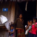 Portrait de famille cambodgienne. Ces gens ont été surpris de nous voir sur les pistes bien à l'écart des routes principales.