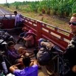 """Nous grattons quelques kilomètres sur notre planning d'Asie du sud-est un peu serré. Notre détour sur les petites pistes perdues le long du Mékong nous a fait """"perdre"""" un temps précieux. Nous considérons les 41000 kilomètres déjà parcourus comme une bonne partie des 50 000 que nous devons réaliser sur 3 ans. Encore toute l'Asie reste à traverser. Ici, c'est avec les locaux que nous embarquons dans la benne d'un camion."""