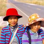 Deux jeunes femmes posent pour notre objectif. Nous aurons même droit à un 'I love you !' alors que nous les quittons en mettant nos premiers coups de pédale. Même s'il ne faut pas traduire cette phrase à la lettre, nous apprécions cette amabilité et cet accueil que nous réservent les cambodgiens depuis les premières heures dans leur pays.