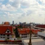 Contraste d'une ville à l'héritage culturel exceptionnel et en même temps extrêmement active économiquement. Cela donne à Bangkok son caractère où à la fois touristes, moines et hommes d'affaire se côtoient dans les rues.
