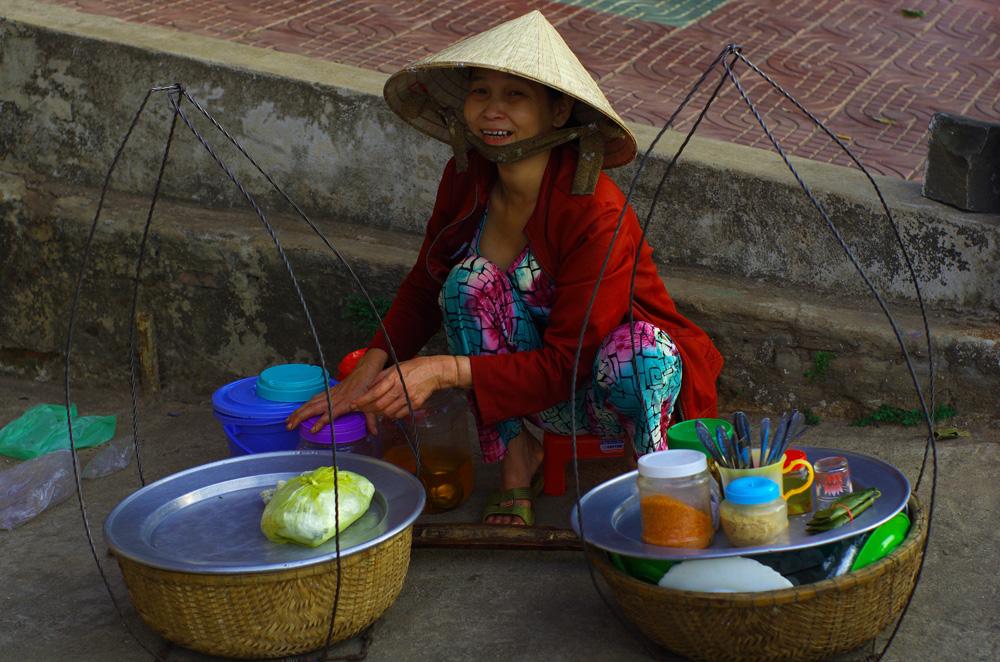 Pas besoin d'une installation sophistiquée pour manger son repas. Cette dame vous fera apprécier simplement de la cuisine vietnamienne. Encore un pays où la nourriture fait partie intégrante de la culture : on peut manger de bonnes choses partout et pas cher. On ne va pas s'en plaindre !